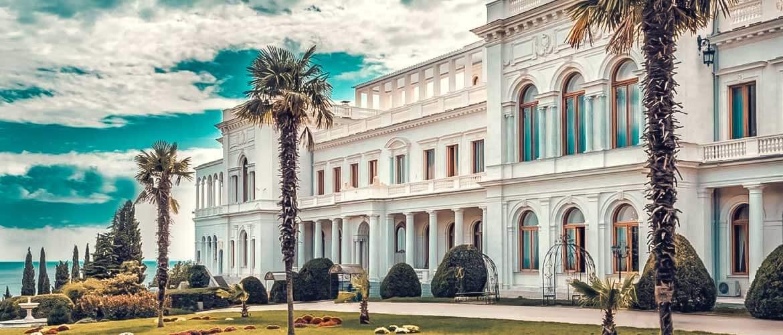 Дворец известен как летняя резиденция русских императоров и место проведения Ялтинской конференции. Нынешний – белый дворец – третий по счету на этом месте.
