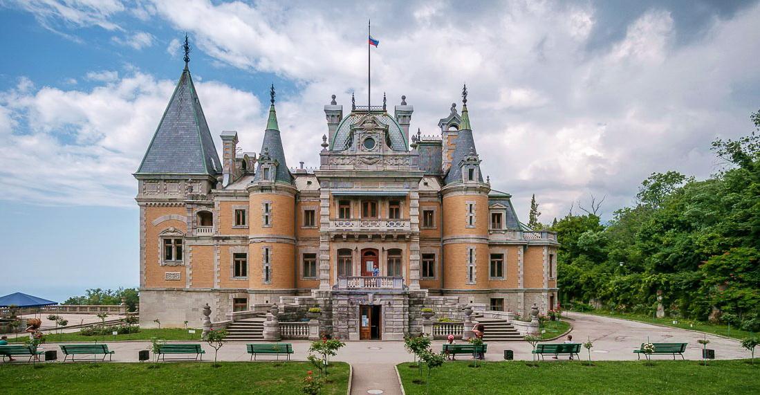 Проект дворца в поселке Верхняя Массандра для Семена Воронцова, сына известного генерал губернатора был выполнен в духе французских шато времен Анны Австрийской и ее мушкетеров.