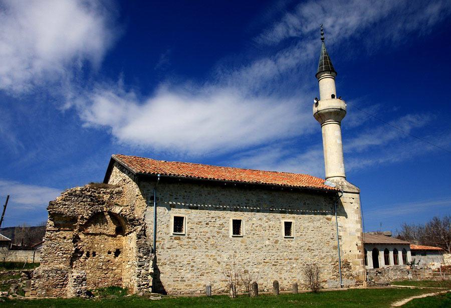 Действующая мечеть 13 века в поселке Старый Крым – это остаток былой роскоши от первой столицы Крыма при владычестве Золотой Орды.