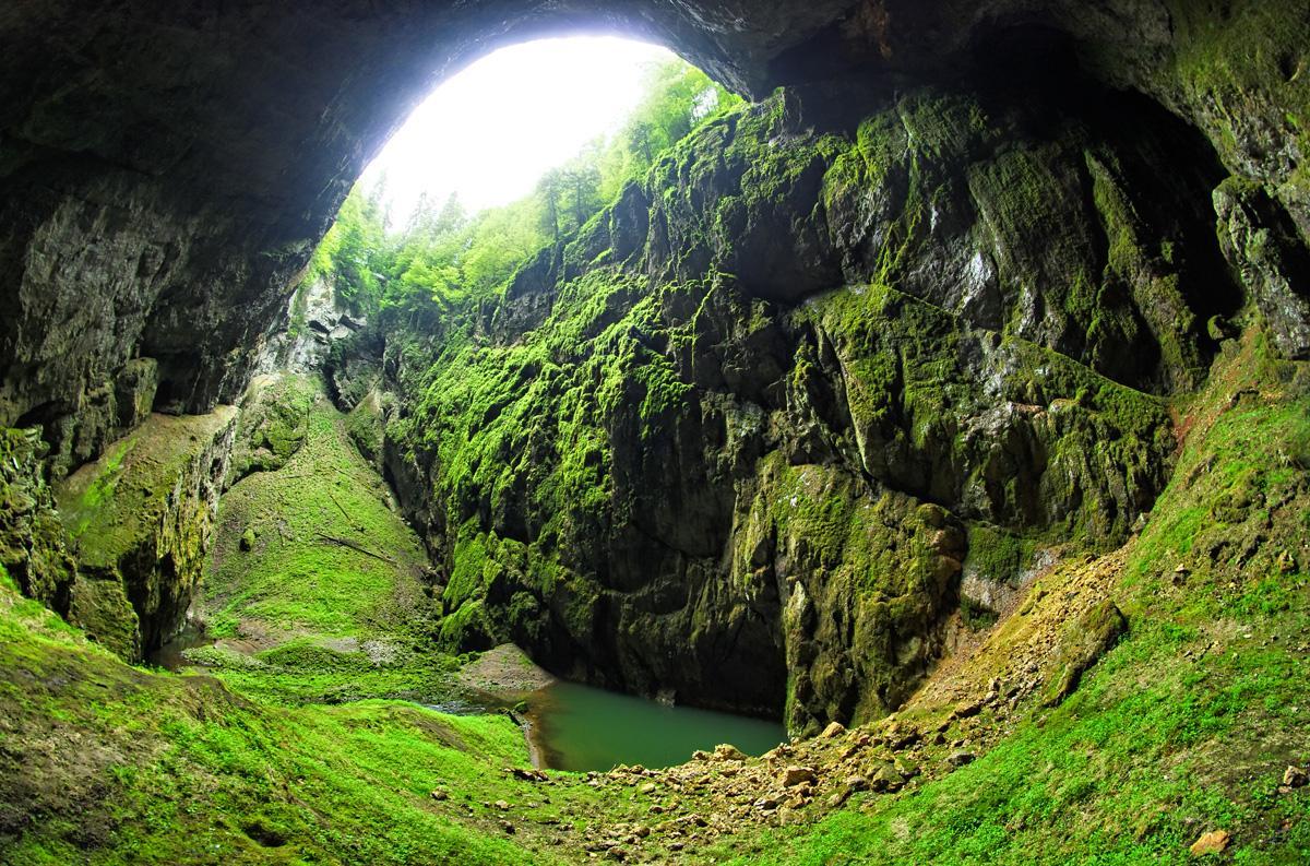 Комплекс карстовых пещер в 30 км от Брно ежегодно привлекает тысячи туристов.