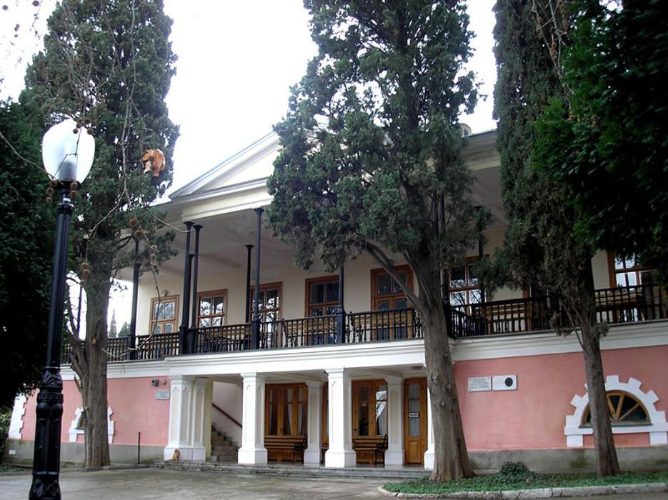 Пушкин приехал в Крым в 1820 году. Александр I отправил молодого поэта в ссылку на юг, в Екатеринослав, где поэт тяжело заболел.