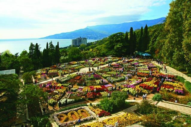 Поездка в ботанический сад полезна любителям цветов, редких растений, поклонникам советских кинофильмов, снимавшихся в цветочных декорациях.
