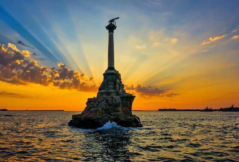 Этот памятник является символом Севастополя, именно он изображен и на сторублевой купюре, посвященной воссоединению Крыма с Россией в 2014 году.
