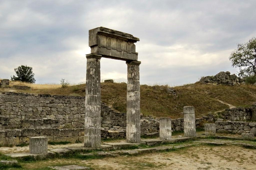 Первые поселения у пролива, соединяющего Азовское и Черное моря, появились за 2 тысячи лет до нашей эры.