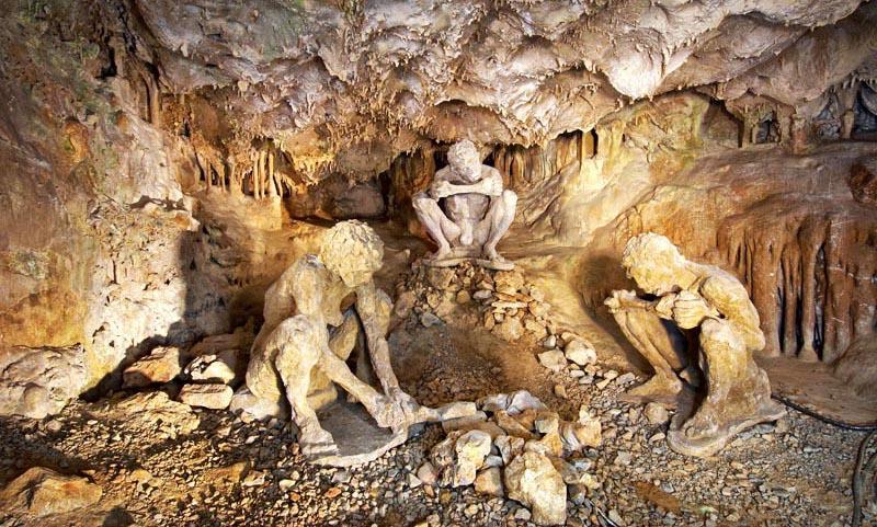На территории Халкидики путешественник может увидеть россыпь известняковых пещер. Самая масштабная из них – Петралона, была открыта в 1959 году одним из жителей близлежащей деревни, исследовавшим расщелины в поисках источника воды.