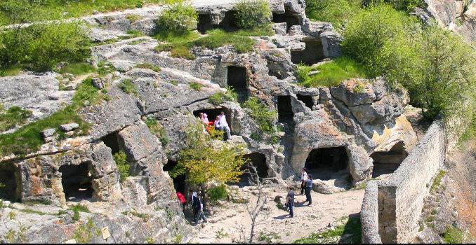 Крым богат на пещерные города. Что заставило людей переселиться в горы, вырубать там помещения в скалах, от какого врага нужна такая защита?