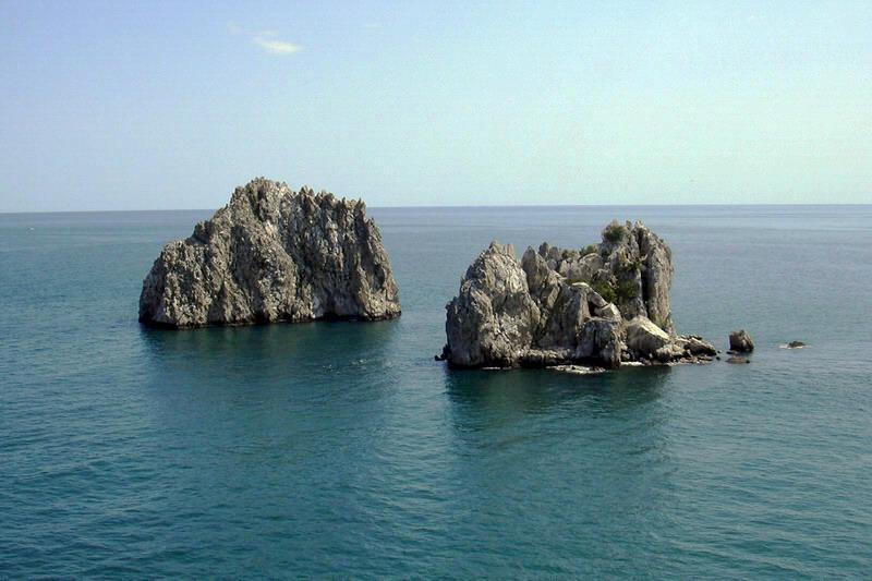 Две скалы почти белого цвета находятся в Гурзуфской бухте в 300 метрах от берега. Скалы являются остатками большой горы из известняка, разрушившейся от оползня.