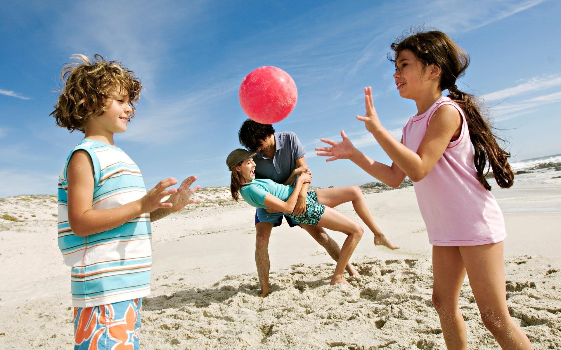 С малышами лучше ехать на песчаные пляжи и мелкое море. Если родители помимо отдыха сами хотят развлечений, то стоит рассмотреть Евпаторию и Феодосию с ближайшими окрестностями в пределах 5-10 км, а также Коктебель и Орджоникидзе.