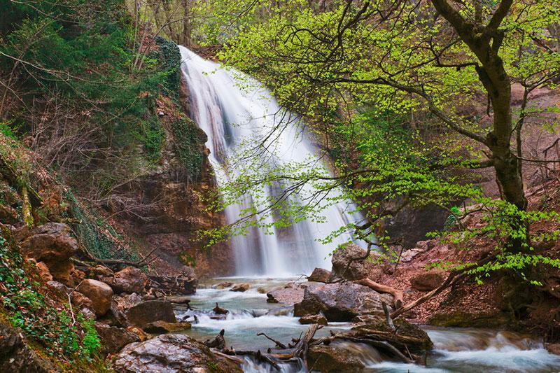 Само название водопада напоминает шум падающей воды, голос водопада. Он самый полноводный и не страдающий от летней засухи.