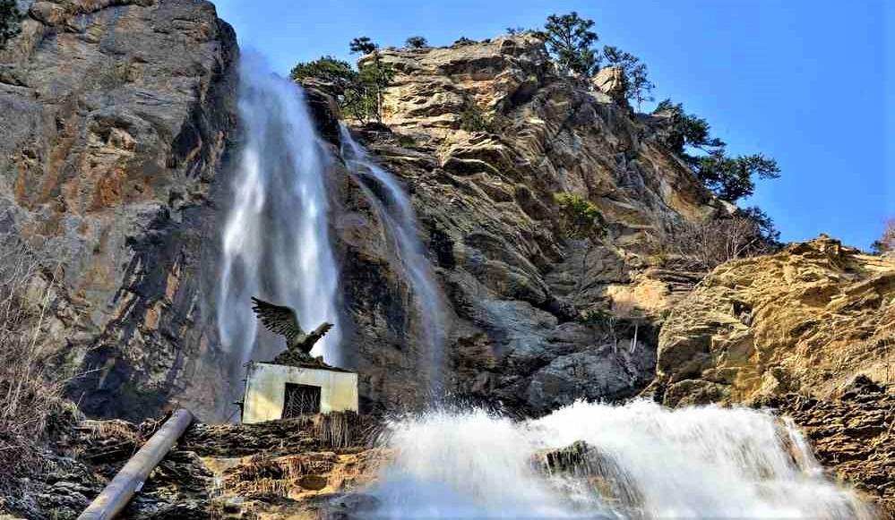 Самый высокий водопад Европы находится примерно в 7 км от Ялты на южном склоне горы Ай-Петри.