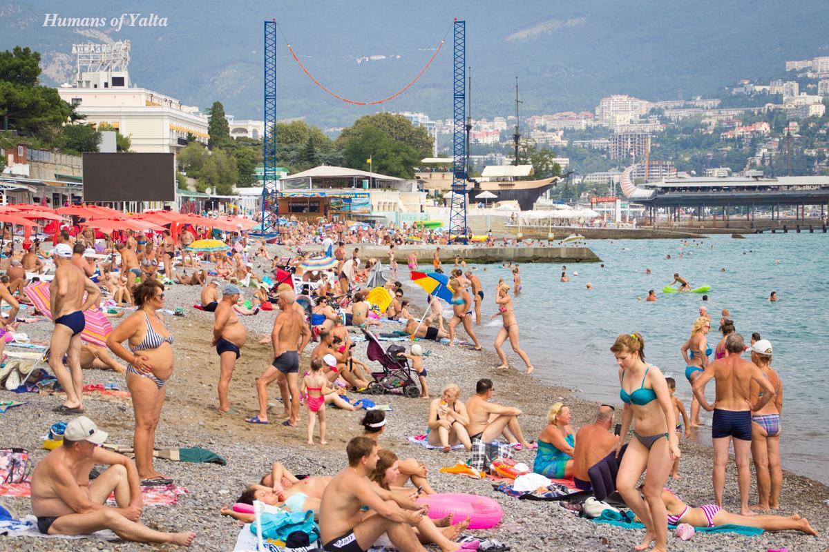 Пляжи в Ялте абсолютно все галечные, достаточно узкие, вход в море крутой, в нескольких метрах от берега даже высокого человека скрывает с головой.