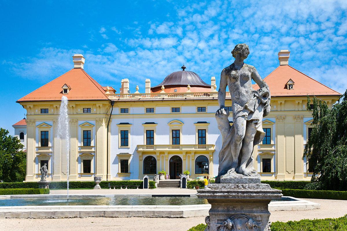 В Чехии место, где находится этот замок, называется Славков-у-Брна. Имя Аустерлиц использовалось во времена господства Австро-Венгрии.