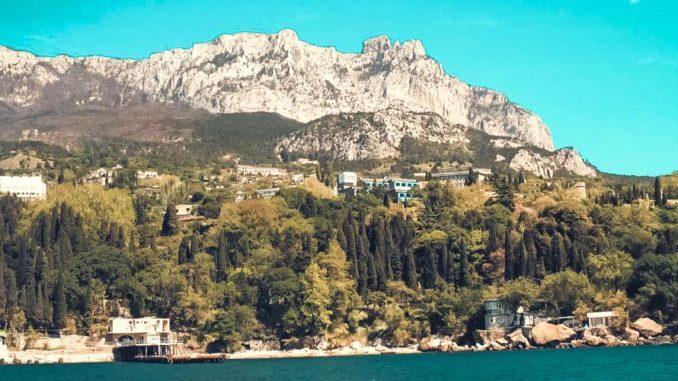 Маленький поселок городского типа по соседству со «столицей» Южного берега Крыма Ялтой вовсе не поблек от близости с крупным туристическим и курортным центром.