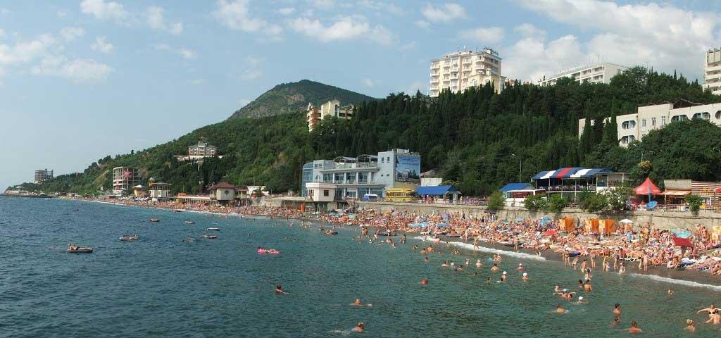 Курортный город меньше Ялты, но похожий на нее по условиям отдыха: те же галечные пляжи с крутым входом в море и цены на отели так же высоки.