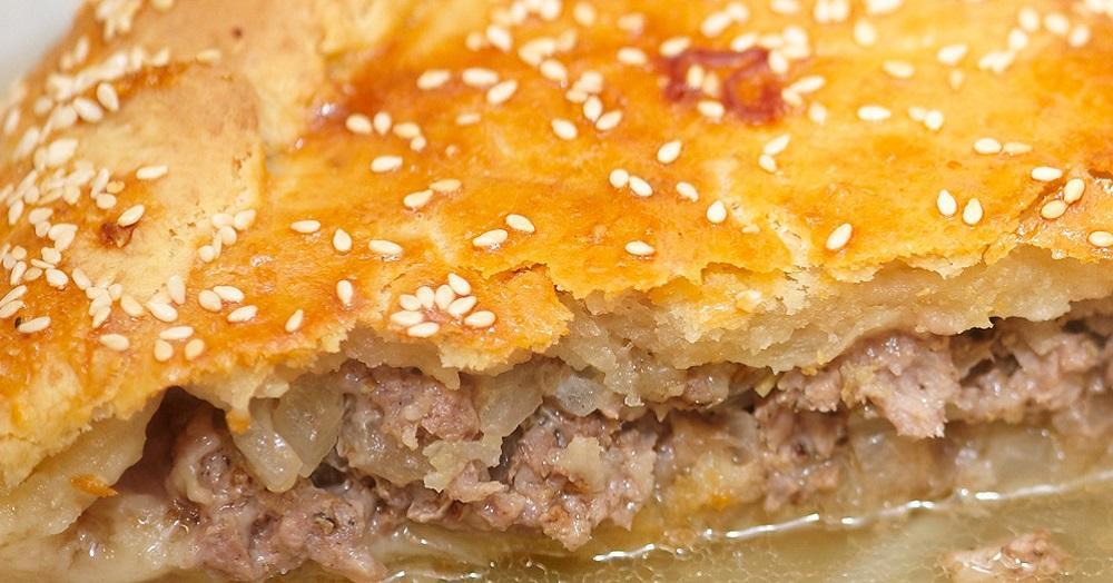 праздничный пирог с бараниной, луком и картофелем, крымскую пахлаву с орехами и медом и караимский «чир-чир» - пирог, напоминающий чебурек, но сочнее, нежнее и вкуснее (по сравнению с привычным фастфудом).