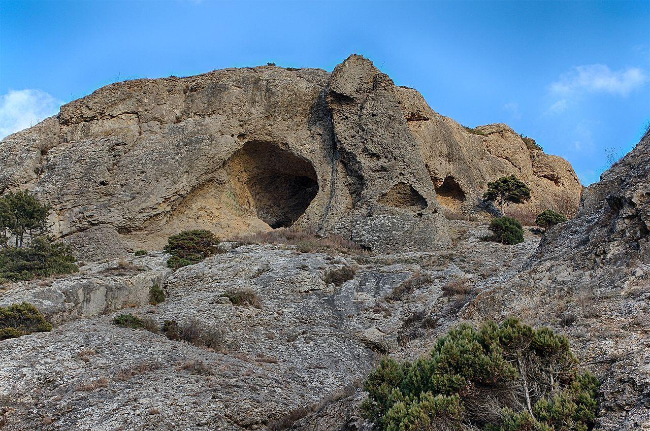 Это урочище, состоящее из горы, острого мыса, окрестной долины и нескольких небольших скал.