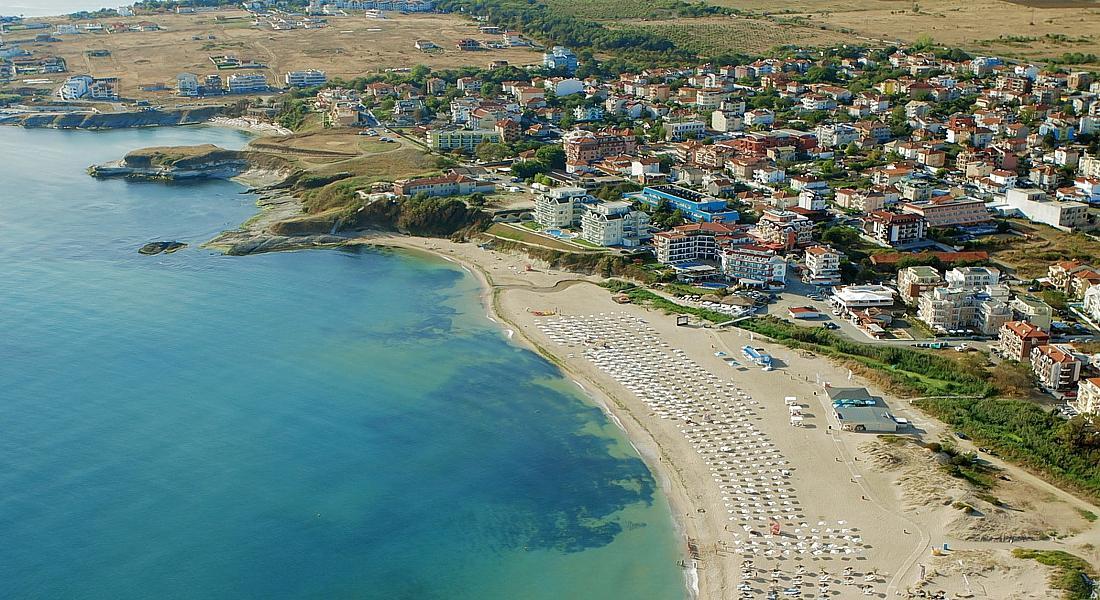 В этом городе нет достопримечательностей, но есть большущий пляж, ласковое море и красивая природа.
