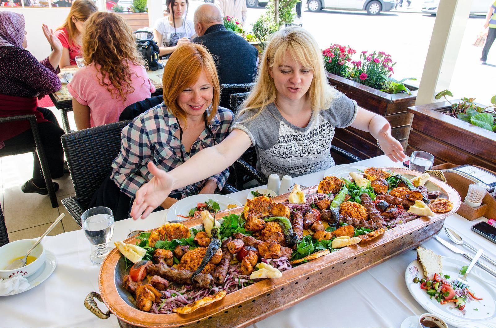 Всем известно, что там, где питаются местные жители еда и вкуснее и дешевле, но отыскать ресторанчики именно такого типа иногда довольно сложно, особенно в Италии