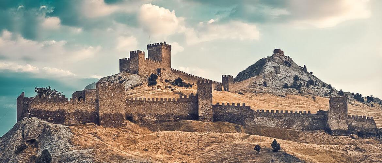 Крепость построена на месте остатков византийских укреплений в 14-15 веках. По тем временам – это была мощная защита порта и города.
