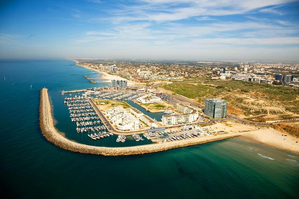 Это типичный город современной цивилизации: торговые центры, высотки с дорогой недвижимостью и лакшери-пляжи.