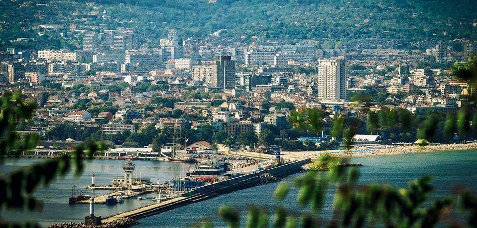 Этот город часто называют второй столицей Болгарии, но только морской. В Варне приятно бродить по старинным улочкам, отдыхать в тени деревьев и нежиться на пляже.