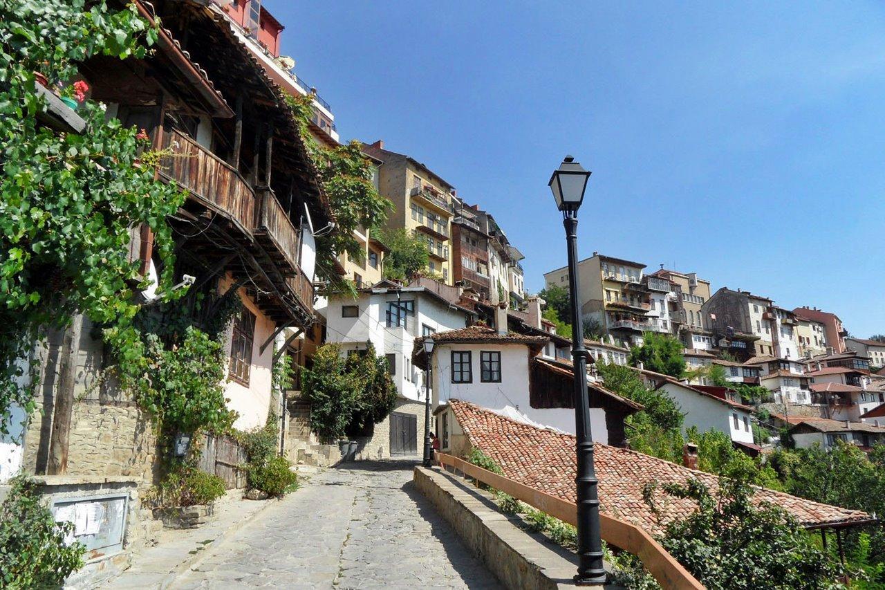 Судя по исторической справке, поселения вокруг города начались еще со времен каменного века, хотя официальной датой его становления считается 1185 год.