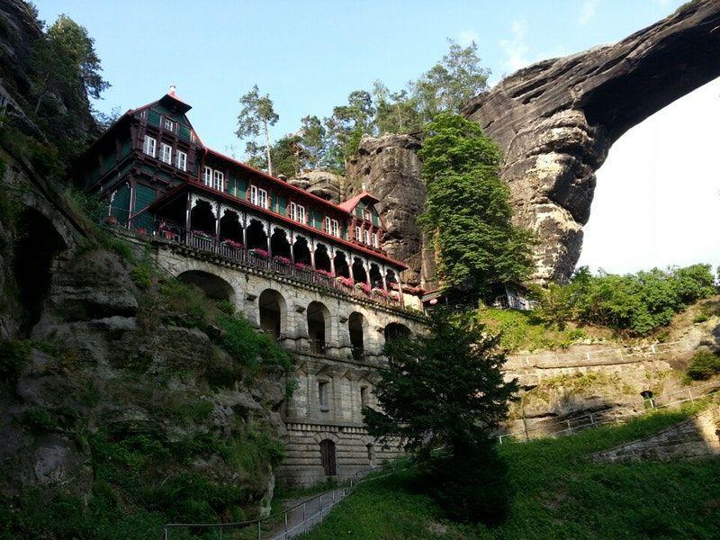 Этот объект находится рядышком с Правчицкими воротами. Его возвел в 1882 году австрийский князь. Дворец встроен в гору и прекрасно сохранился до наших дней.
