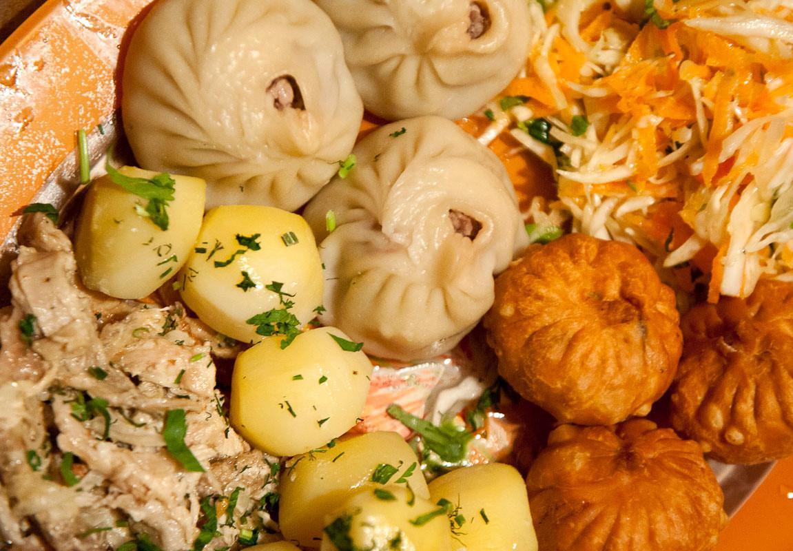 Обязательно стоит попробовать традиционную татарскую и караимскую кухню. Из первой местные жители рекомендуют юфахаш – пельмени с бараниной в бульоне, сарму – голубцы, но не в капусте, а в виноградных листьях.
