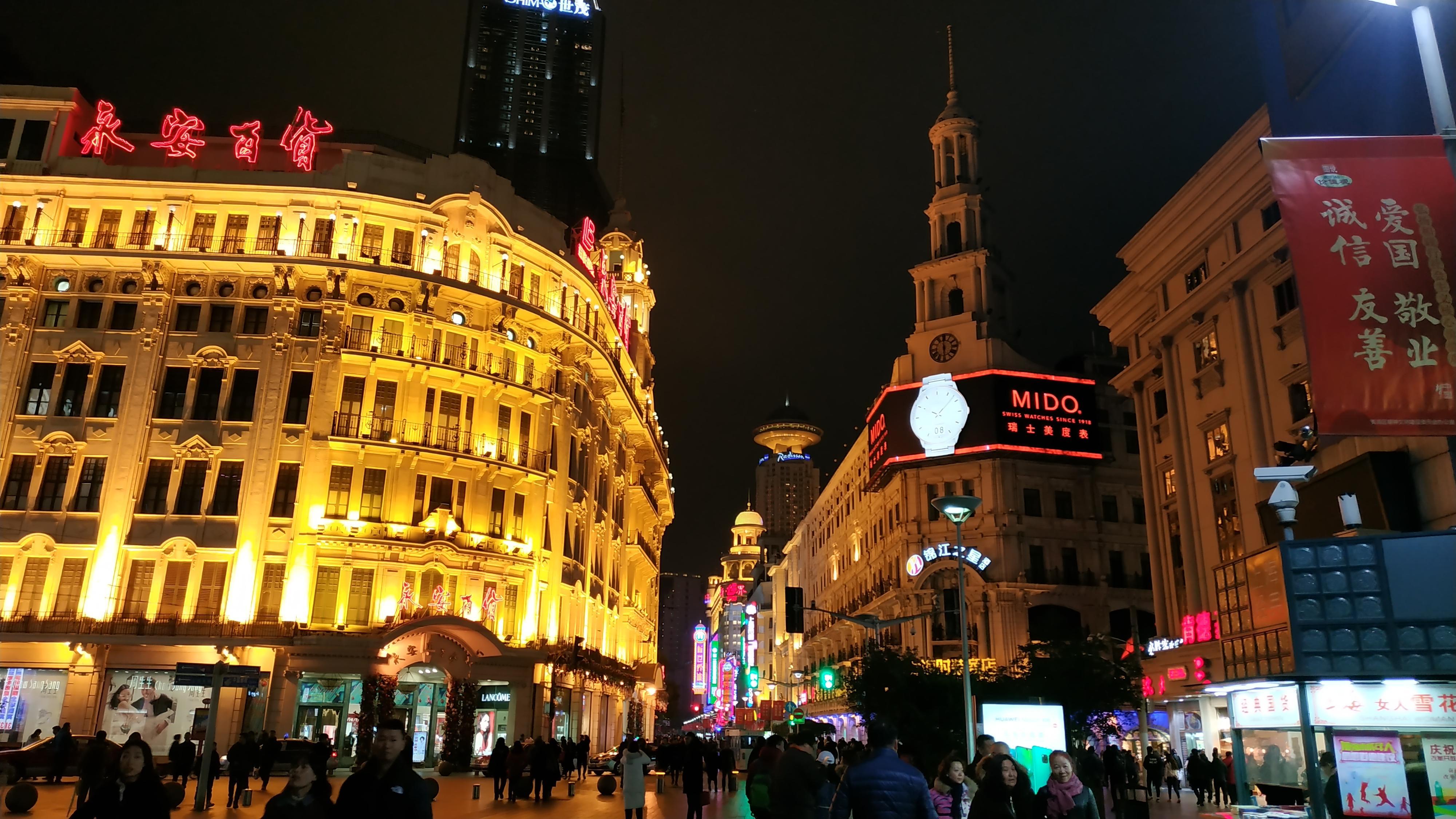 Улица Walking Street (находится она на станции метро Nanjing Road) эта улица популярна среди туристов и местных жителей, так как она усыпана различными магазинами, тут можно поесть местной еду в уличных забегаловках , купить китайский алкоголь, сувениры и многое другое, цены адекватные, поэтому ни кто с продавцами практически не торгуются.