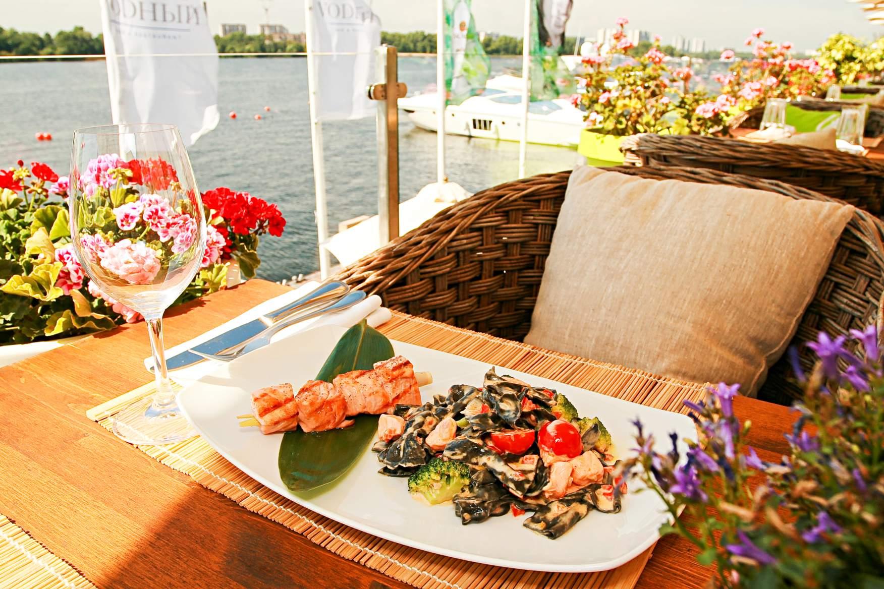 Итальянская кухня – одна из самых вкусных. Истинные гурманы отправляются в прибрежные кафе или дорогие рестораны.