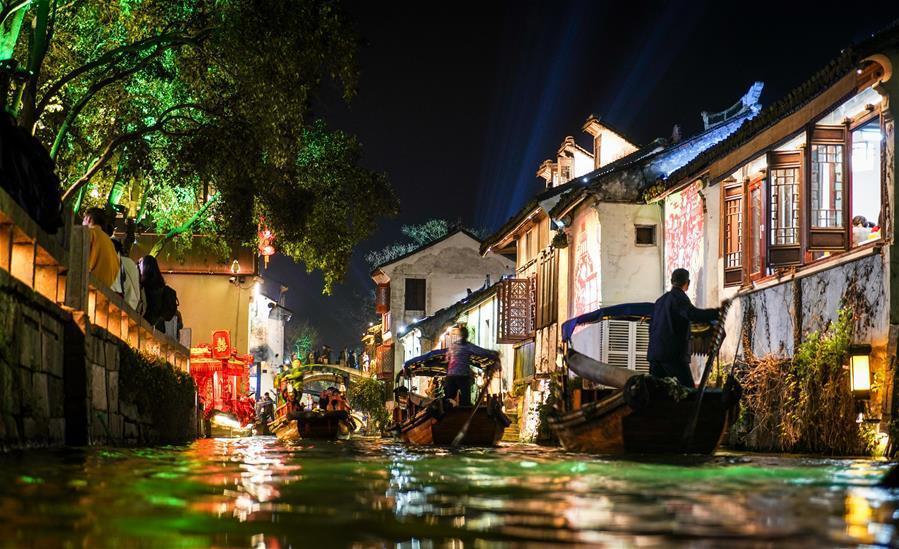 Сучжоу очень древний, Шанхай по сравнению с ним маленький мальчишка, там очень много древних зданий, но главная их достопримечательность, как ее называют местные жители: Китайская Венеция, дома стоят на реке