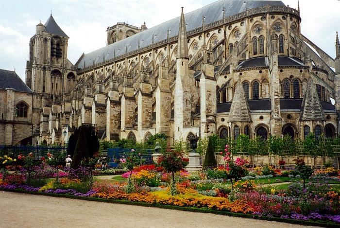Бурж – яркий пример того как старинная архитектура может гармонично уживаться с современным ритмом жизни