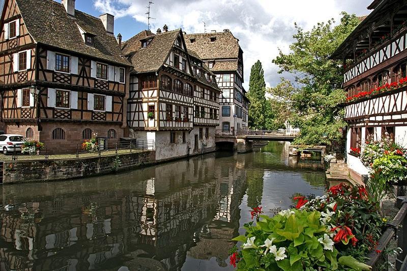 Когда первый раз приезжаешь в Страсбург, складывается ощущение, что каким-то образом за последние минуты Франция резко сменилась Германией