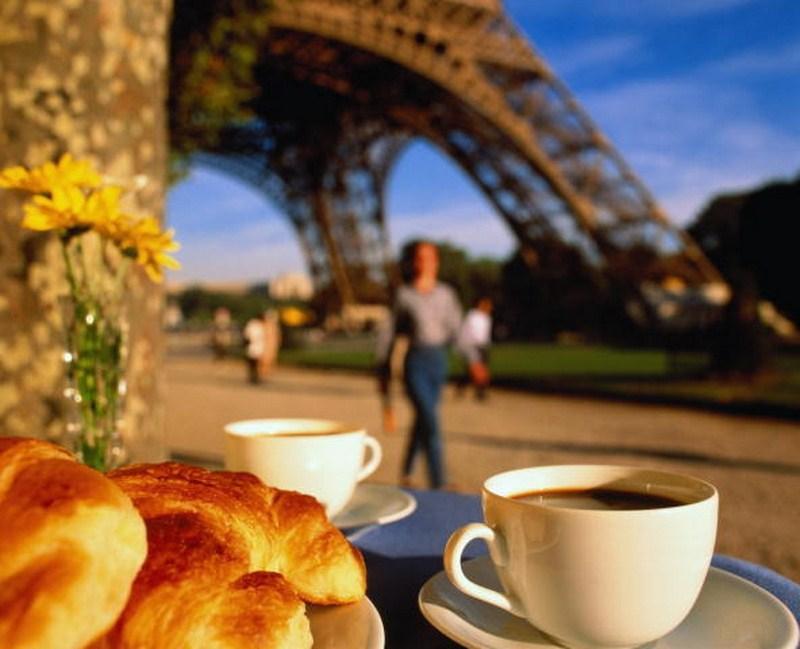То, что французы – ценители вкусной еды и времени, проведенного за ее употреблением, заметно в любом кафе или ресторане. Просидеть пару часов там – норма.