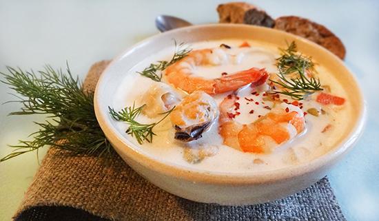 Традиционные британские супы преимущественно густые, и уха не стала исключением. Готовят ее из смеси любых сочетаемых морепродуктов, например, рыбы, кальмаров, креветок