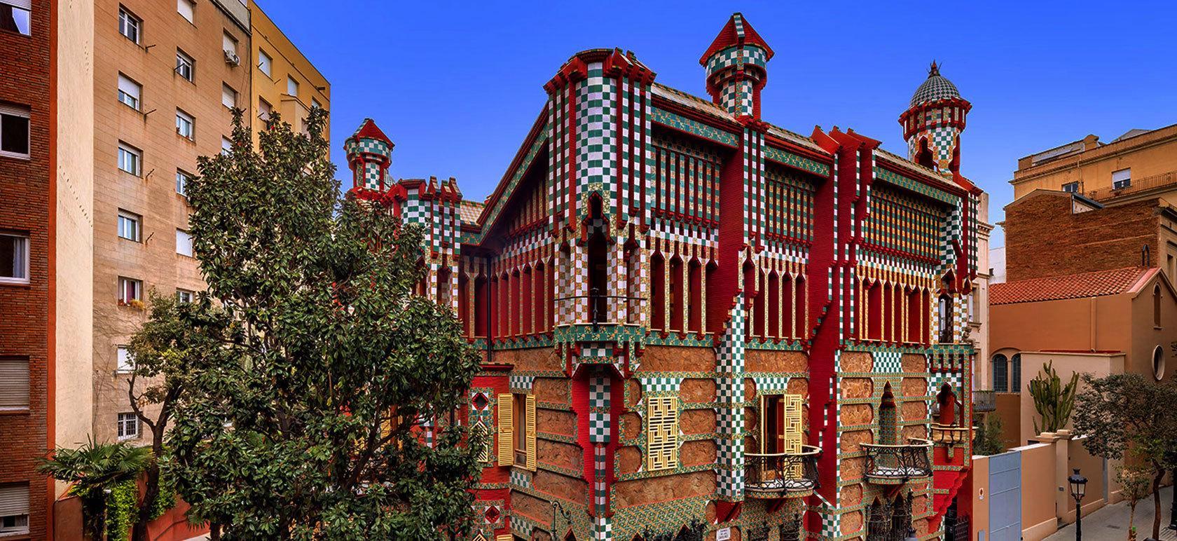 Творчество Антонио Гауди стало неотъемлемой частью жизни Каталонии, но для разнообразия хорошо взглянуть не на самые известные и грандиозные творения, а на не менее привлекательные ранние работы. К таким относится дом Casa Vicens, спрятавшийся на улице Carrer de les Carolines 20
