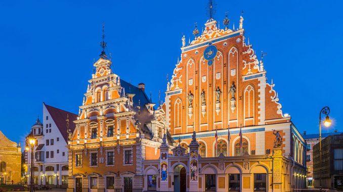 Не уходя с Ратушной площади, советую заглянуть в интересное местечко под названием «Дом черноголовых»