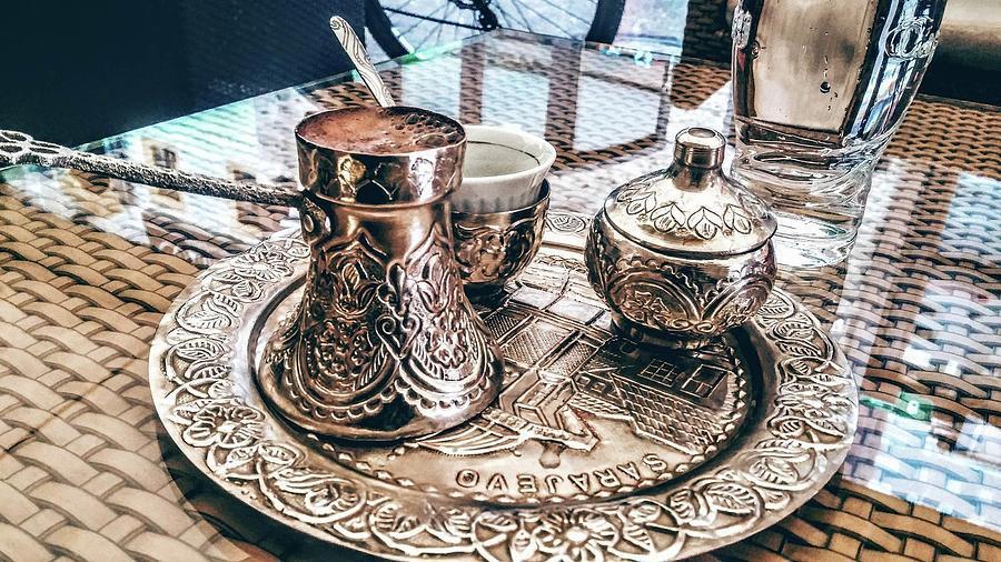 Оказалось, что местные пьют только домашний кофе – Домаћа кафа / Bosanska kafa, а всякие экспрессо, капучино и американо, хоть и варят для туристов, сами не признают