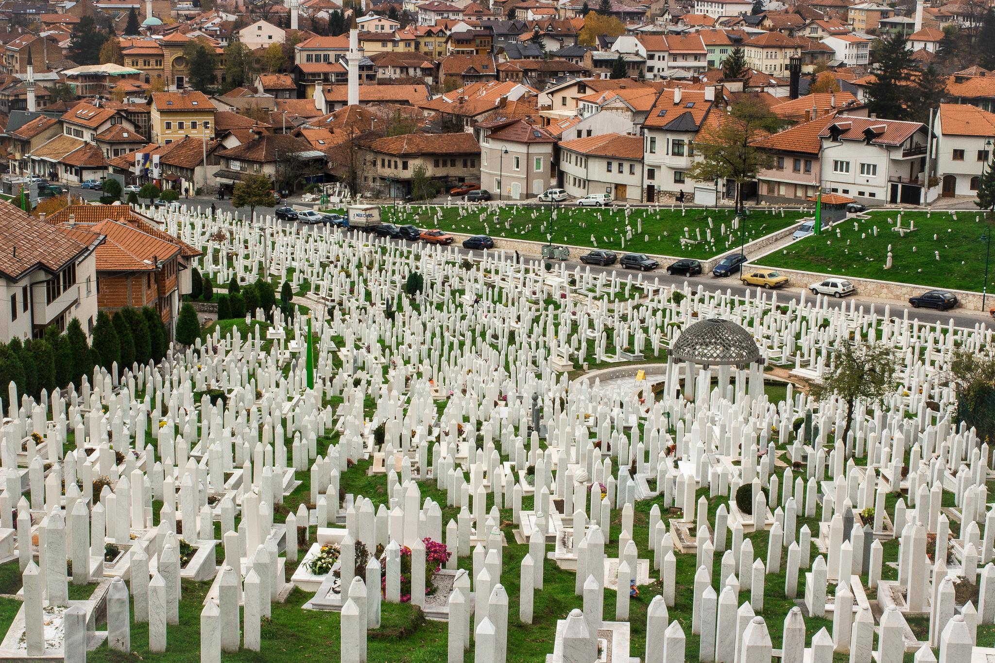 Мы привыкли, что кладбища, это нечто темное и грустное, поэтому не ходим по ним гулять просто так. А вот в Сараево к местам упокоения отношение другое, их никто не боится