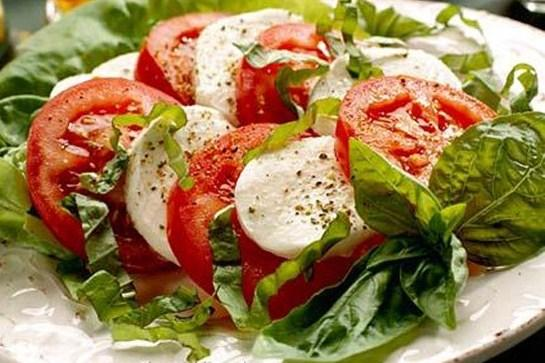 Овощей в Италии достаточно в любое время года. Любимый летний салат – «Капрезе», не местный, с острова Капри, скромно, но вкусно и просто: Дольки томатов; Листики базилика; Сыр «Моцарелла».