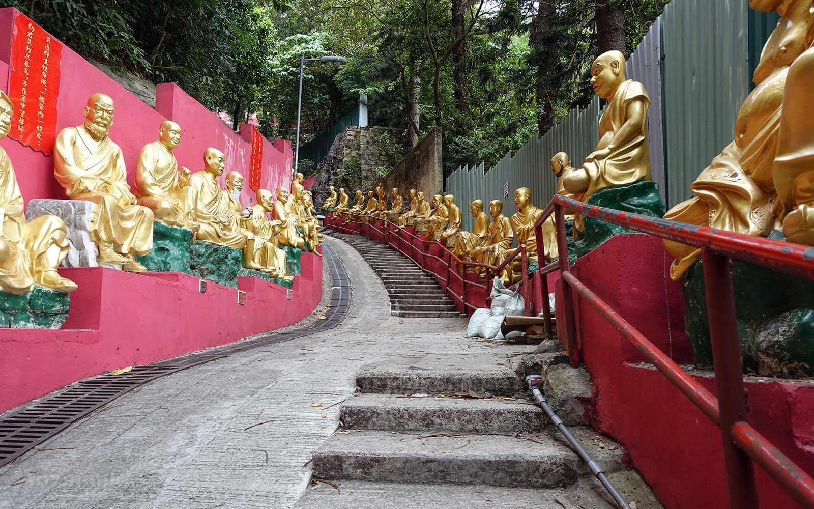 Это религиозное сооружение уже давно не действует по своему прямому назначению, но привлекает тысячи туристов и паломников