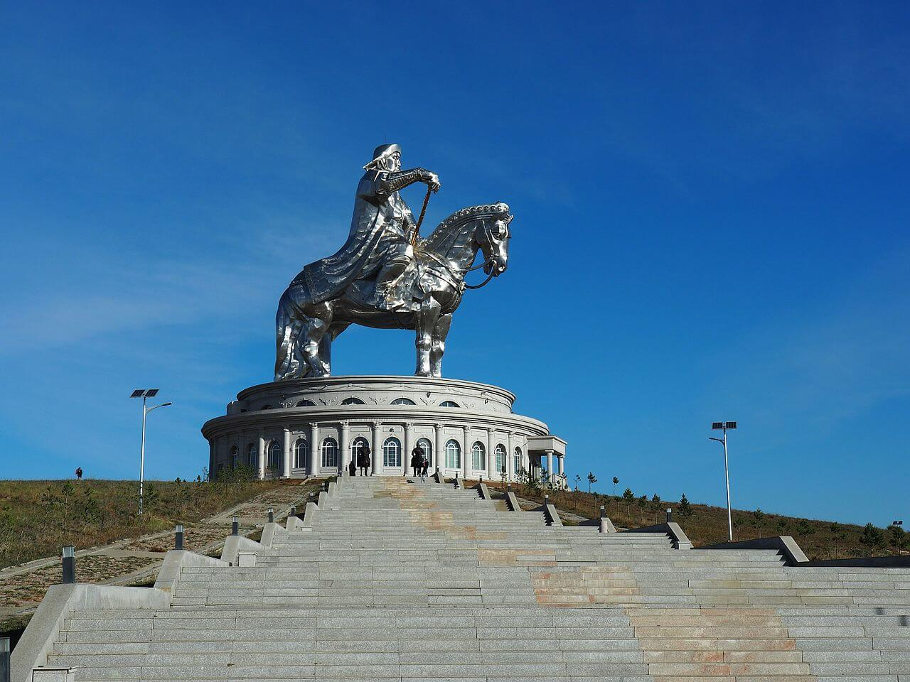 Нельзя отказываться от полноценной автобусной экскурсии к монументу Чингисхану. Великий завоеватель – национальный монгольский герой