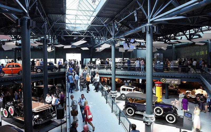 Одновременно исторический и автомобильный музей представляет вниманию посетителей несколько сотен моделей техники, начиная с конца 19 века