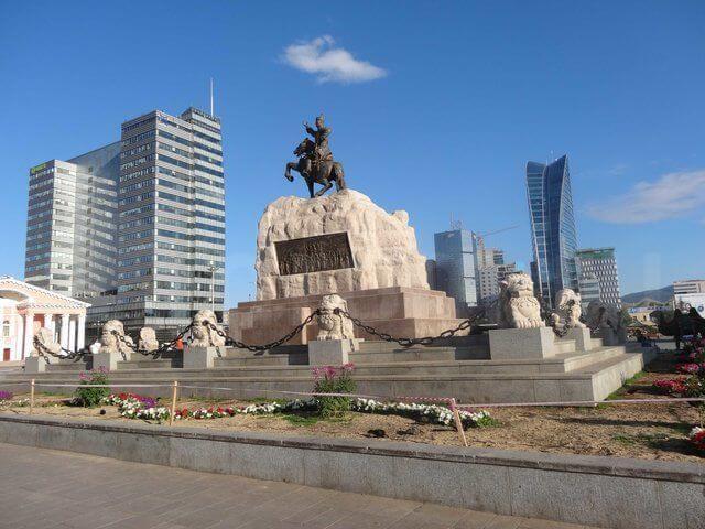 Главная площадь до 2013 года носила имя Сухэ-Батора, провозгласившего в 1921 году народную власть.
