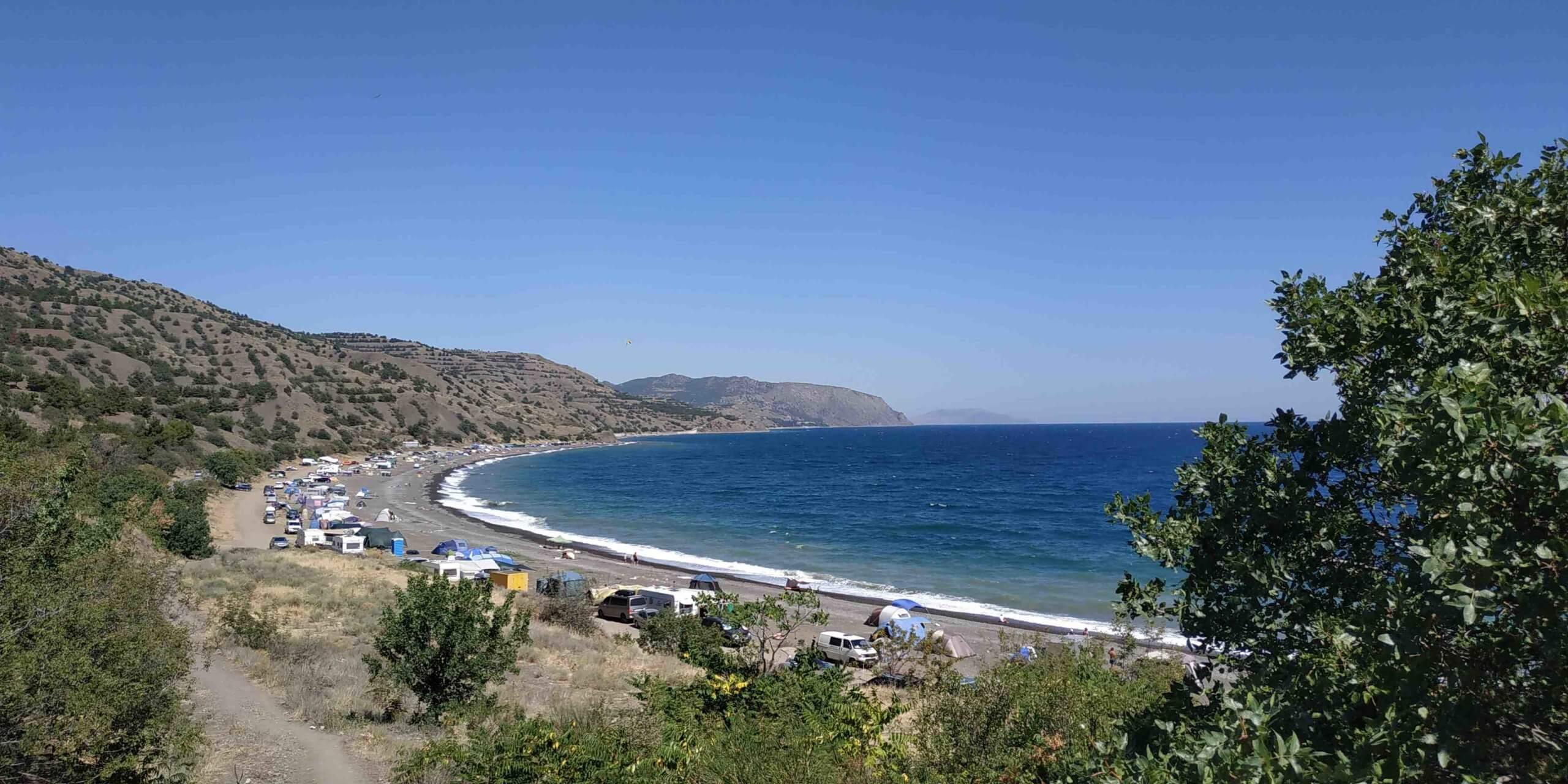 В сезон все побережье Крыма выглядит именно так, все усеяно палатками отдыхающих