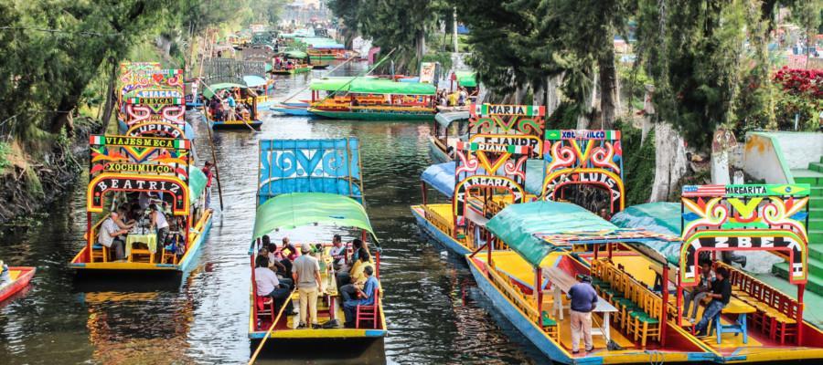 Еще один потрясающий по красоте городок, способный перевернуть традиционное представление о Мексике – это Сочимилько, иначе называемый Мексиканской Венецией