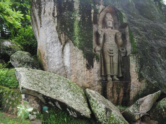 Жители и сами не помнят, кому посвящен древний монумент, высеченный в скале высотой 3 м: богу смерти, местному прокаженному правителю или одному из просветленных