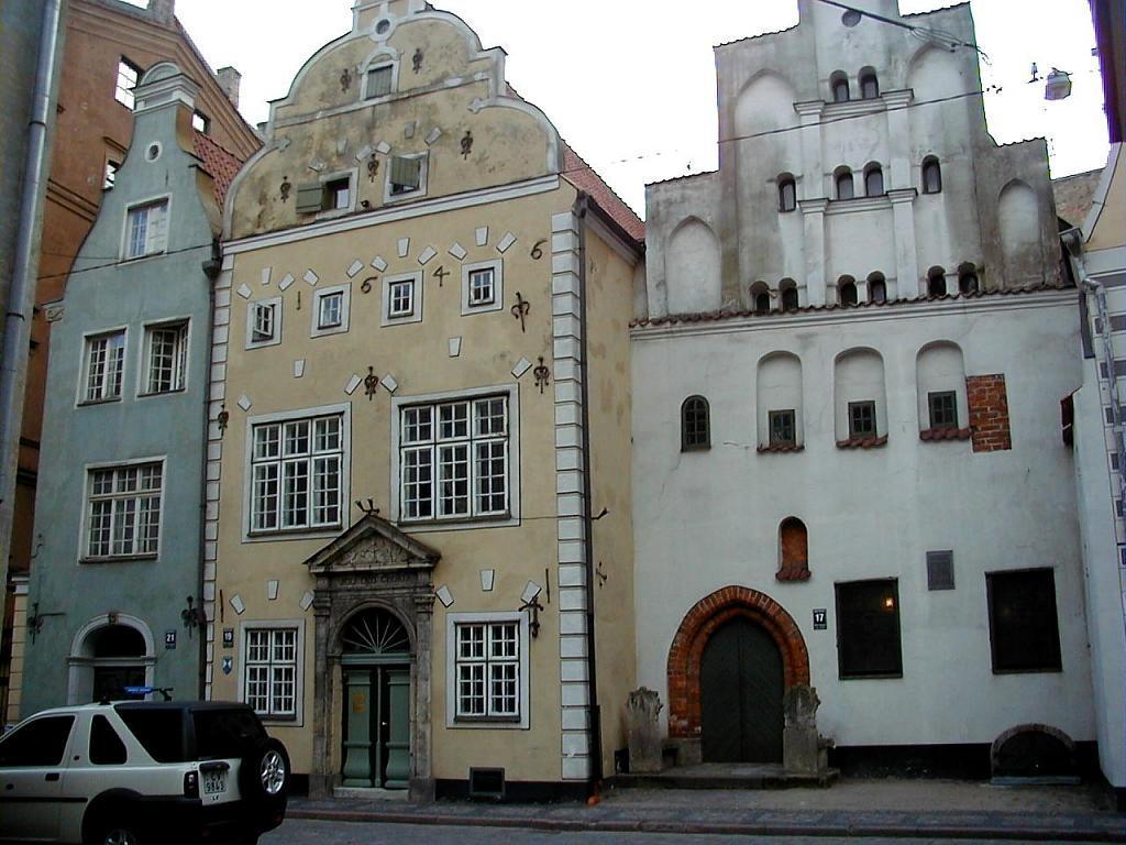 Если выйти к центру Старого города на улицу Маза Пилс, можно увидеть три необычных здания, которые настолько же сильно похожи, насколько и отличаются.