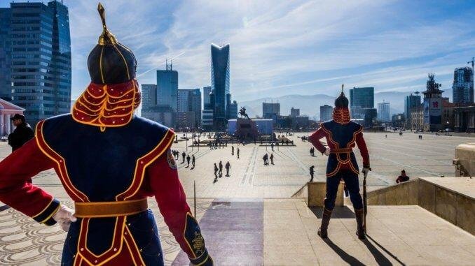 Монголия – удивительная страна, где мирно уживаются: почитание Чингисхана, Сухэ-Батора, центральный небоскреб Улан-Батора
