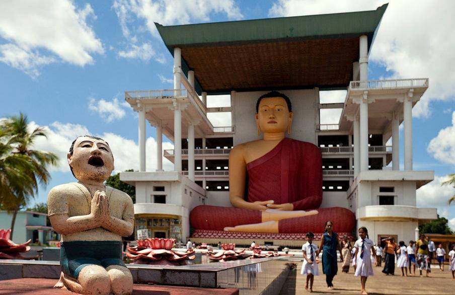В 20 км от Велигамы за поселком Матара находится буддийский храм Вехерахена с 39-метровой статуей Будды и прекрасным видом с холма, на котором он стоит